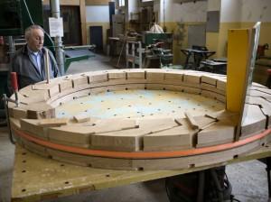 Joop Morsink met rad Begijnenmolen Sonsbeek in aanbouw (foto Jacques Meijer-Bekenstichting)