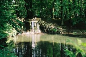 Kleine waterval in het park Sonsbeek