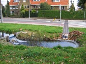 De Klarenbeek stromend langs de Rosendaalseweg