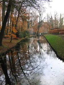 Bronbeek naast het hoofgebouw van Huize Bronbeek