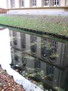 Weerspiegeling van het hoofdgebouw van Bronbeek