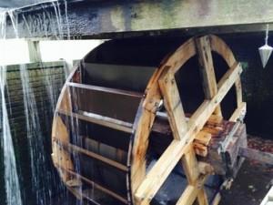 Onderdeel Staverdense geschiedenis weer hersteld - Op 19 februari 2015 is op landgoed Staverden het gerestaureerde waterrad terug geplaatst.