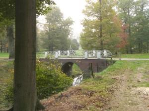 Een brug over de spreng op het landgoed Hoekelum