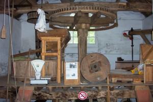 Het interieur van de gerestaureerde korenmolen bij Herberg Molecaten