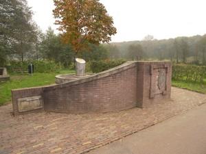 Het monument van de Renkumse papierindustrie aan de Hartenseweg op de oude locatie langs de Oliemolenbeek