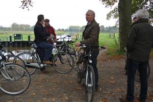 De contactpersonen  maken al fietsend kennis met de Elburger beken (foto Wiebe Kiel)