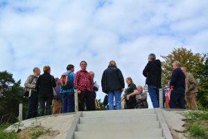 Groep aanwezige contactpersonen op de gecreëerde hoogte in het park