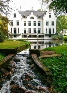 kasteel Staverden met vijver en overstort