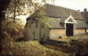 Het gerestaureerde molengebouw van de Soerense Korenmolen. Raampjes en aanhechtingspunten van de goot zijn nog zichtbaar