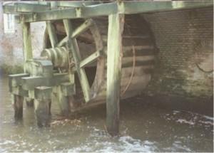 Het rad van de Wenumse Watermolen. Rechts in de muur het dichtgemetselde asgat van het tweede rad (RS)