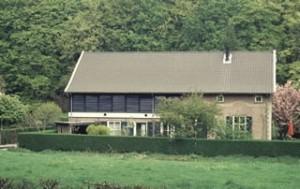Woonhuis bij de molenplaats van de voormalige Goeiense Molen. De gerestaureerde droogluiken worden nu gebruikt als zonwering