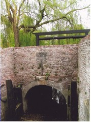 Verlaat waardoor het grachtwater naar de haven en het Veluwemeer stroomt. De watermolen heeft hier in de buurt gestaan
