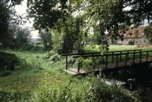 Brug over de Ruitersbeek bij de Hof te Dieren. Hierbij ligt de voormalige molenplaats van de Hof te Dieren