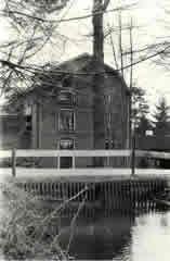 Historische opname uit 1987 van het wasserijgebouw van De Rollekoot
