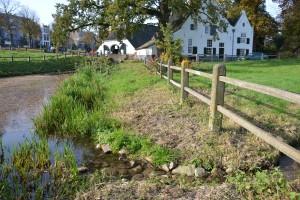 De 'monding' in de Sint Jansbeek van het nieuwe, nog naamloze beekje uit de poel achter de Molenplaats.