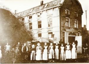 Foto uit 1908 met personeel voor de wasserij. Op de achtergrond paard en beladen wagen (foto: Mathin Jaspers).