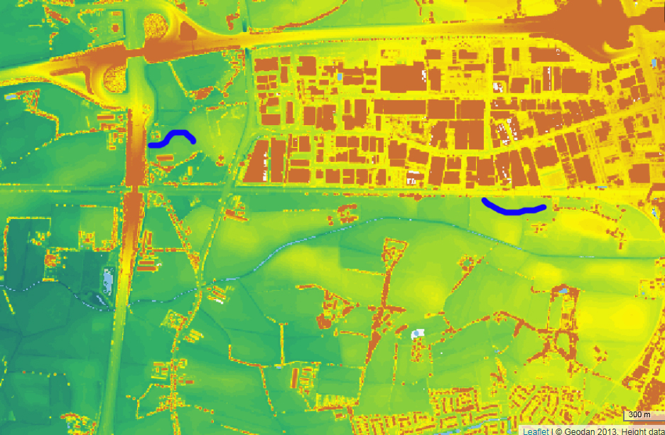 Afb. 2 Op het AHN is in het midden  de tegenwoordige Esvelderbeek herkenbaar. In blauw is de globale beekloop in Harselaar West-West aangegeven. (bron: ahn.nl).